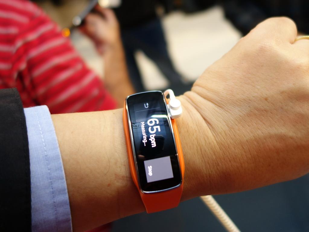 Samsung Gear Fitはスリムなデザインが特長だが、横長のディスプレイを腕に装着すると、表示する向きが90度、ずれてしまうのが困るところ