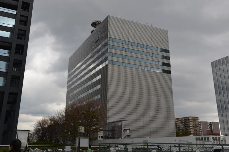 KDDI 関西総支社のビル。写真で右手前側にもビルを建設中だ