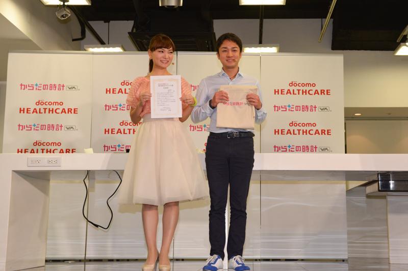 元モーニング娘。の保田圭と、料理研究家の小崎陽一氏が夫妻として「体内時計リセット大使」に任命され、揃いのエプロンも贈られた
