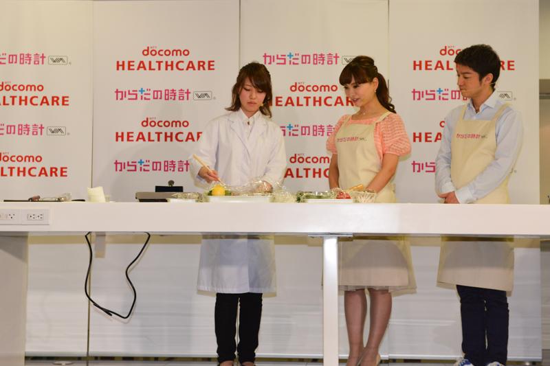 ABC HEALTH LABOの馬場由佳氏が、「体内時計リセットレシピ」として「さっぱり! レモンおろしの千種焼き」を実演