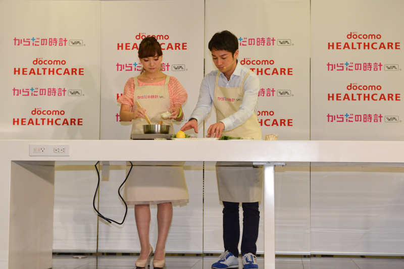 小崎陽一氏からは「具沢山トマト豚汁 レモン風味」が夫婦揃っての実演で披露