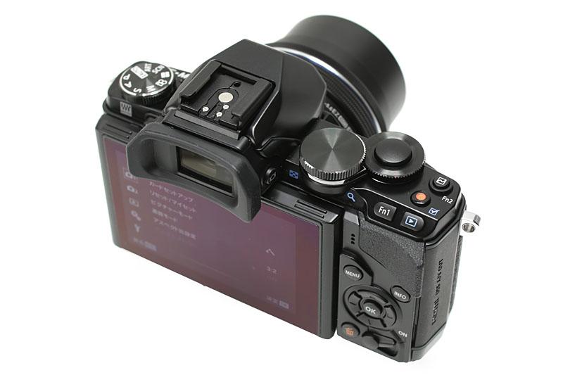 オリンパスのミラーレス一眼「OM-D E-M10」。上位機種「E-M5」の撮像素子(1605万画)と、シリーズ最上位機種「E-M1」画像処理エンジンを搭載する「OM-Dシリーズのエントリーモデル」だ。が、操作性も機能性も上位機種を食うかも的なレベルである気がする