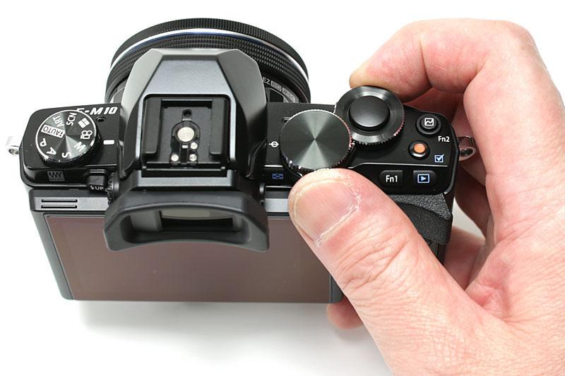 ボタン類は操作しやすく誤操作しにくい位置/形状。フロントダイヤルとリアダイヤルを使うと、各パラメーター調節をスムーズに行える。特に露出補正を即座に行えて快適
