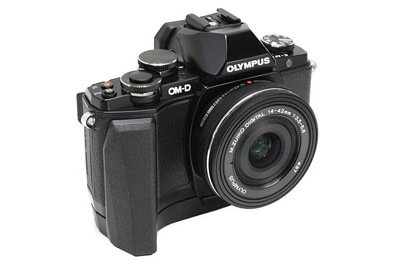 オプションの「OM-D E-M10 専用グリップ ECG-1」。カメラ底部の三脚ネジ穴に装着する。このグリップを装着した状態で三脚に装着できる