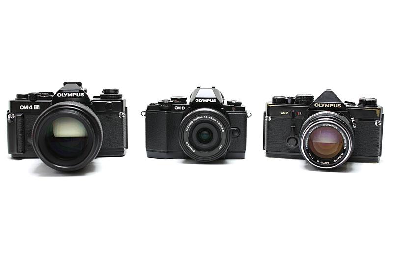 オリンパスの昔のレンズ交換式フィルムカメラは、というか、ペンFシリーズやOMシリーズは、背が低く横に長いフォルムが特徴的。E-M10のフォルムのバランスもそれに近いが、グリップを装着すると印象がかなり変わってしまう