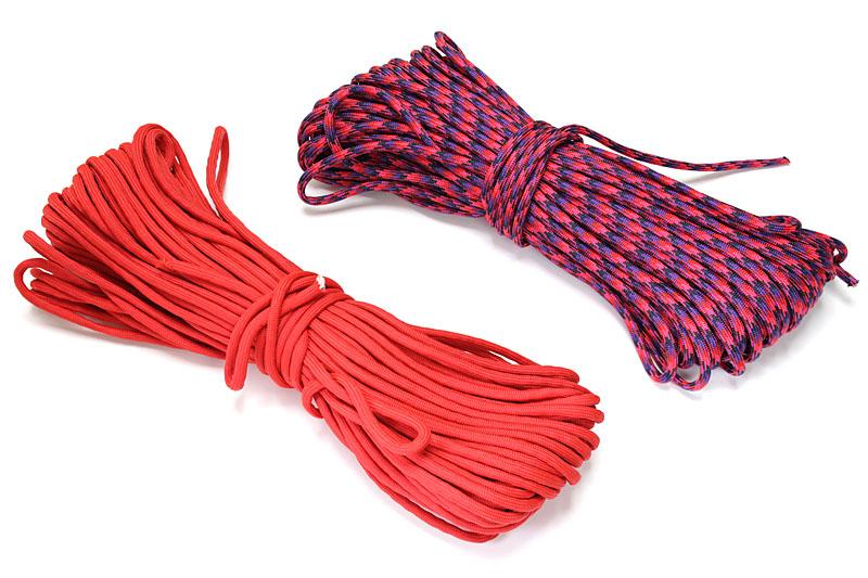 強度のある化繊紐ことパラコード。直径は4~5mm程度。これを編んで何かを作る「パラコード編み」が流行っていることもあり、パラコードは入手性が良い。30mで1000円前後だが、短く切り売りもされている