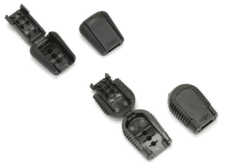 コードエンドストッパー各種。上着のファスナーの引き手の紐をまとめたりする例のあの樹脂部品ですな。写真左の左上がニフコの「CS7」で、写真左の右下がニフコの「CS8」。どちらも数十円~100円程度で売られている。「CS8」は表面がラバーのような柔らかい素材で覆われているのでオススメ