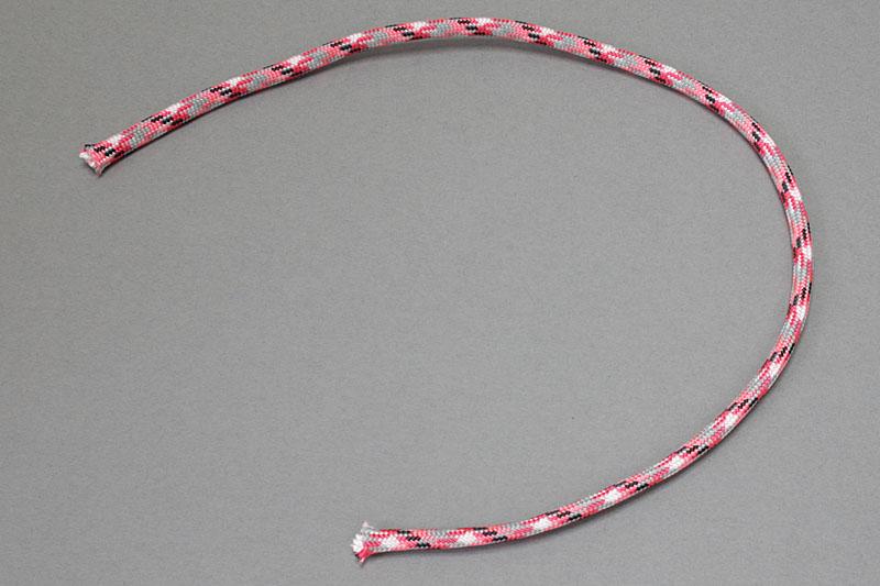 好みの長さでパラコードをカット。パラコードの内部には、芯となっている細い7本の紐がある