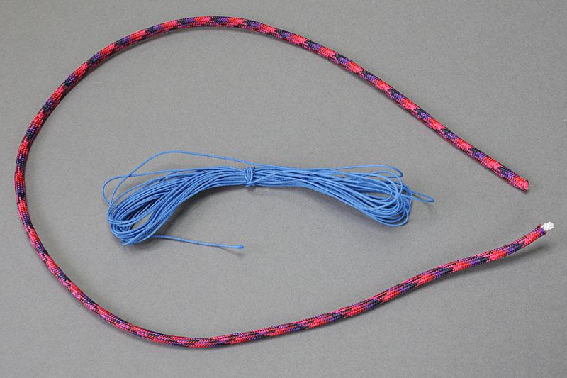 必要な材料はパラコードと松葉紐。パラコードの芯紐を松葉紐の代替として使うなら、パラコードだけでOK。ほか、瞬間接着剤やライター、ネイルコート剤があるといい