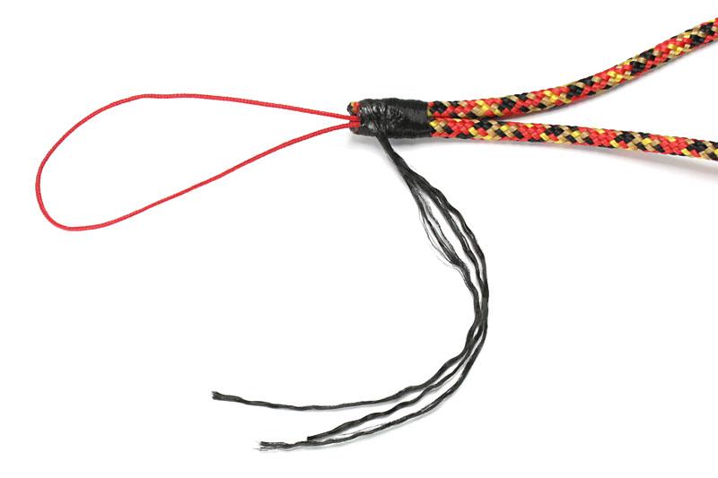 松葉紐を折り返し、もう片端のバンナイズ紐をまとめ、芯紐でクルクルと巻いていく。ときどきライターで軽くあぶって仮止めしていくといい