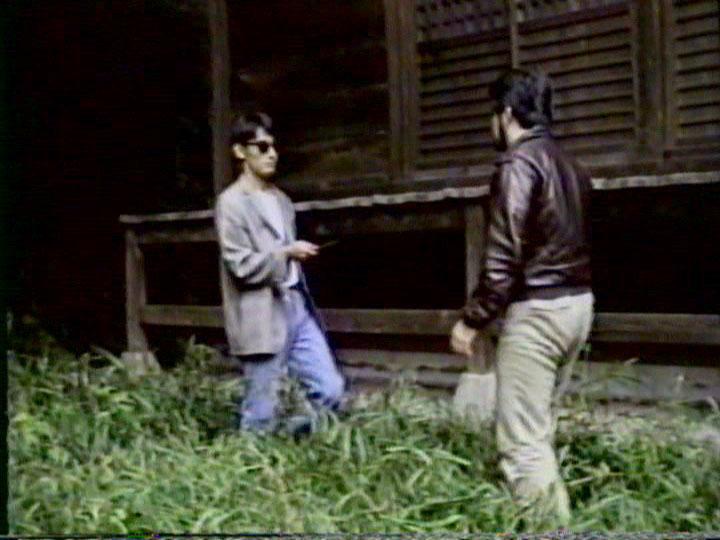 約30年前の私的なビデオ映像。8mmビデオカメラで何となく撮った映像だと思われる。画質も悪い。のだが、今になって観ると「こんなシチュエーションがあったのか!?」と本人的には大喜びできる映像だ。ちなみに、左は若い頃に住んでいたアパートで、右は学生時代に撮った映画のメイキングビデオ的な映像