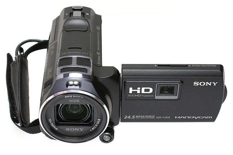 左が「HDR-PJ790V」、右が「HDR-PJ800」。「HDR-PJ790V」はややゴツめであり、には本体斜め上方向に出っぱった固定式のマイクがある。ので、携帯性は若干よろしくない。「HDR-PJ800」はスリムで出っ張りもないのでスッキリと持ち歩ける