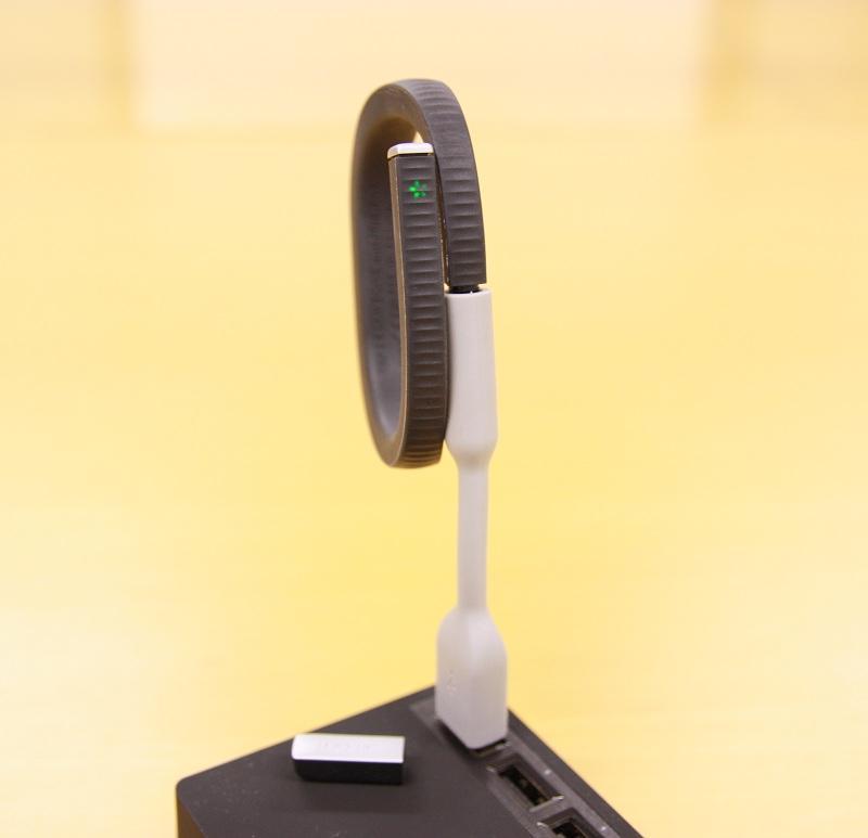 キャップを外して付属のUSBケーブルにミニプラグを差して充電。どうかキャップをなくしませんように