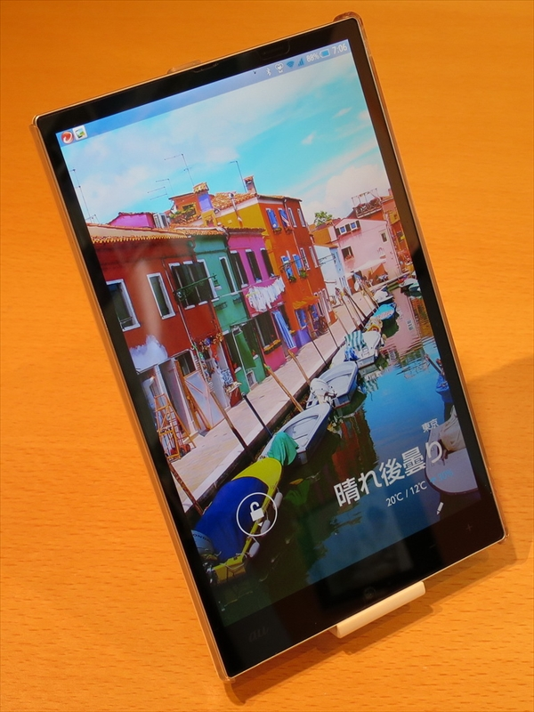 Feel UXはロック画面の壁紙に美しい写真がプリセットされていて、三辺狭額縁を目立たせる印象