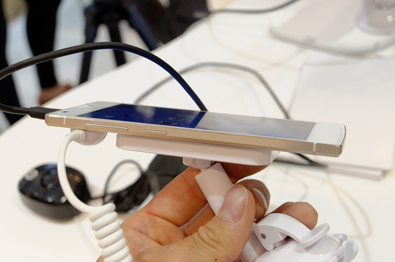 この薄さでフルHD 5インチディスプレイ、2300mAhのバッテリーを搭載する