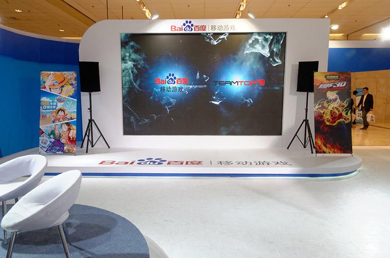 バイドゥは自身のブランドでモバイルゲームにも取り組むと3月に発表。巨大スクリーンとコスプレで大々的にアピールしていた