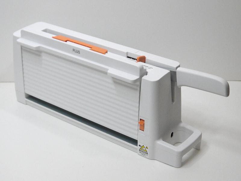 トレイが折りたためるので、収納状態での奥行きは12cmで済む。幅はフルキーボードとほぼ同じ45.5cm