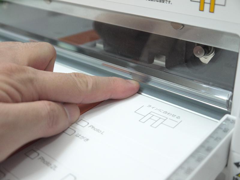 切断できる厚みは実測で最大6mm。本をセットする際は事前に2分割ないしは3分割する必要があるので、そのぶんの手間がかかるデメリットと、設置場所のコンパクトさなどのメリットを比較してチョイスすべきだろう