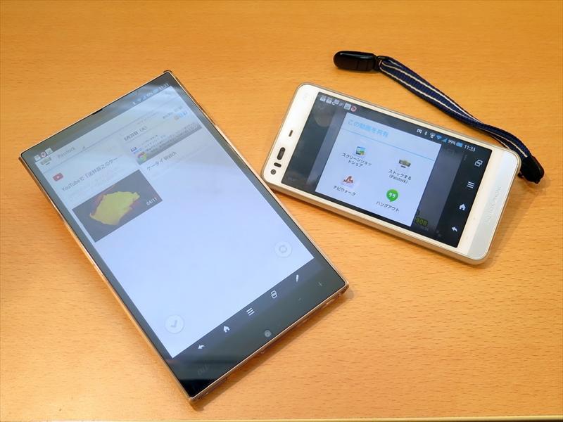 AQUOS PAD SHT22(左)とスマートフォンを連携させる「Passtock」。画面右はAQUOS PHONE SHL23