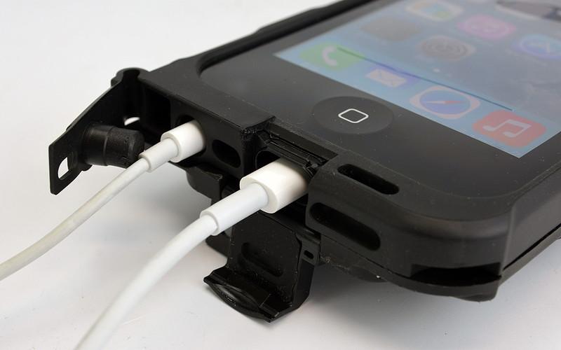 キャップをはずして充電やイヤホンを接続できる