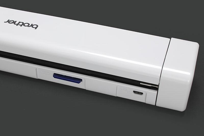 本体右側に操作部と電池室がある。本体左側背面には充電用/PC接続用のmicroUSBポートとSDメモリーカードスロットがある