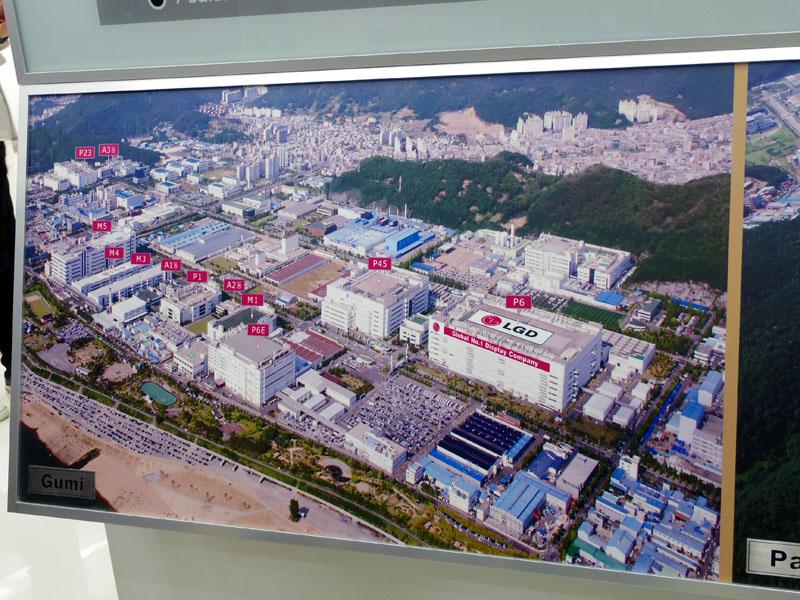空撮写真のパネル。左が亀尾工場、右が坡州工場