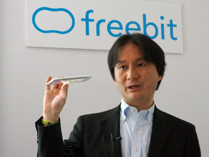 独自のスマートフォン「PandA」を手にするフリービット社長の石田氏