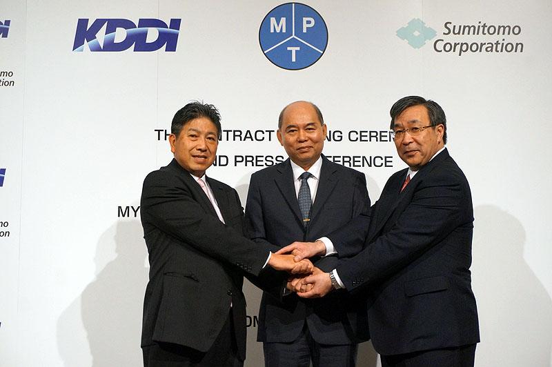 左からKDDI代表取締役専務の石川雄三氏、キン マウン ティン駐日大使、住友商事代表取締役副社長の佐々木新一氏