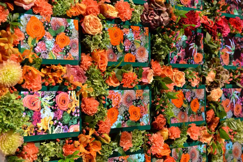 ステージには50種類、約2万本の生花を使ったウォールが飾られた