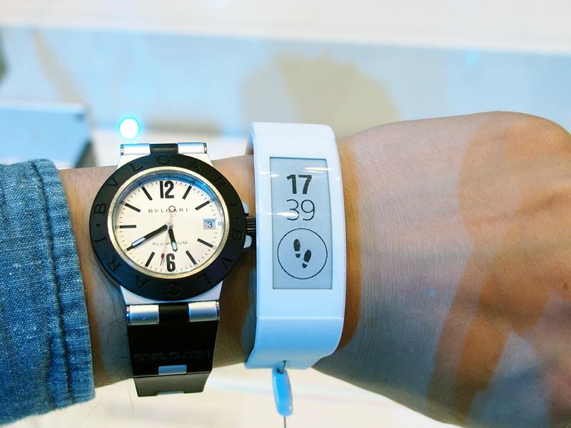 時計というより、リストバンドにディスプレイを搭載したような形状の「SmartBand Talk」