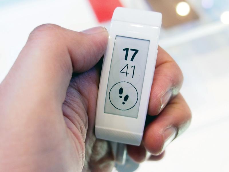 電子ペーパーのディスプレイを備え、歩数や天気といった情報を表示できる