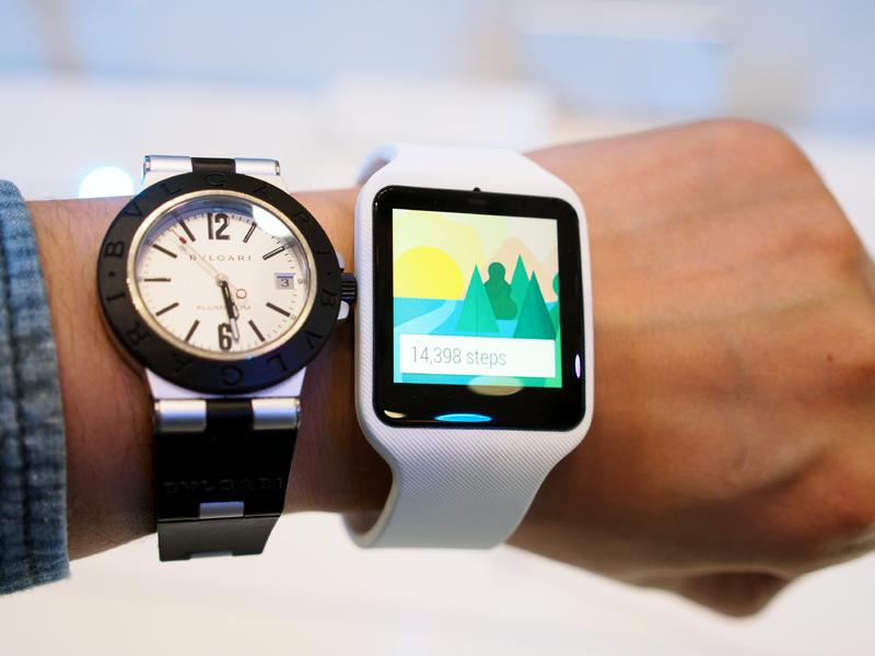 1.6インチのディスプレイを搭載しており、サイズは36×10×51mm。男性用の腕時計より、やや大きめ