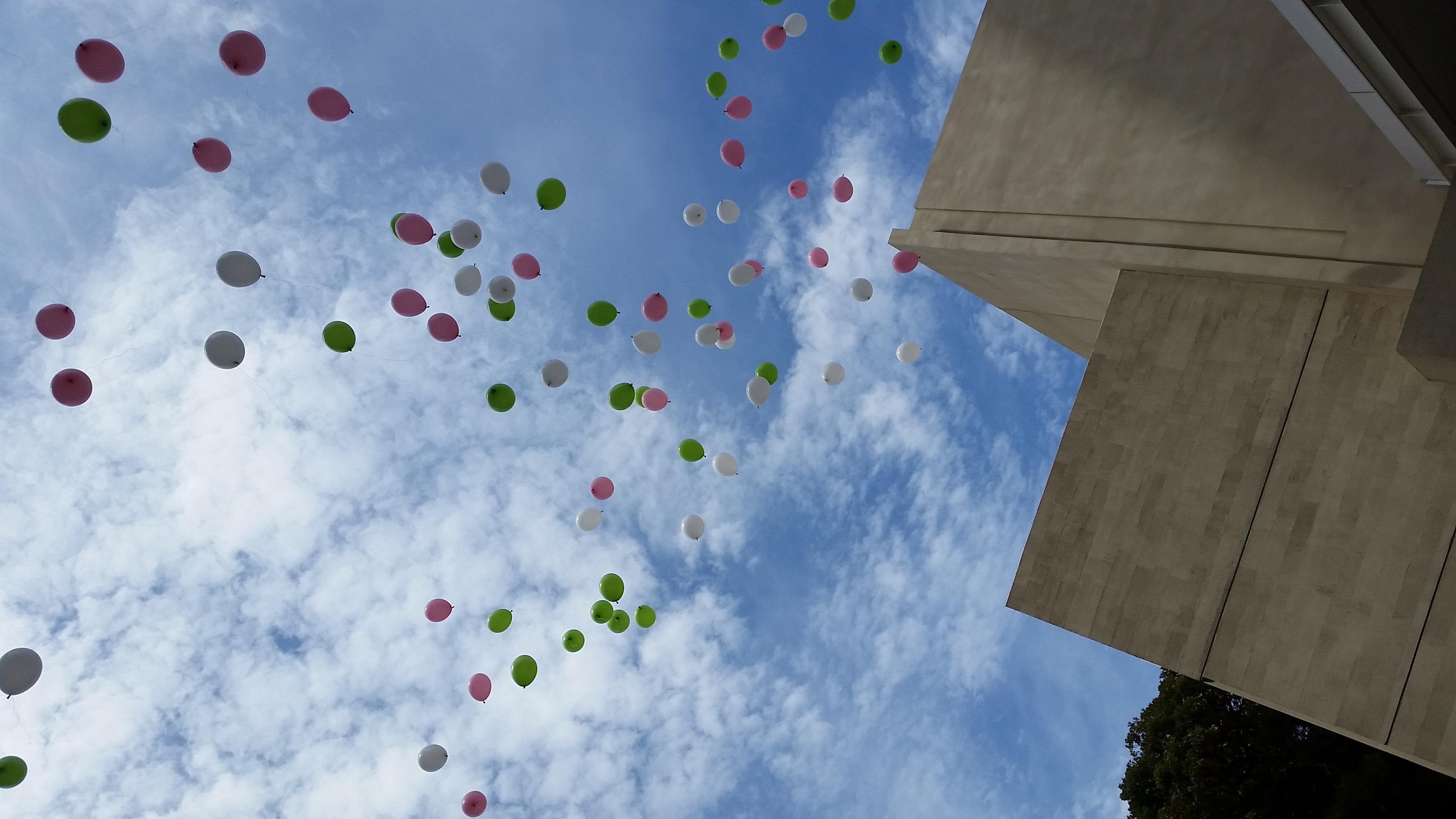 友人の結婚式にて、みんなで大空に放った風船を撮影