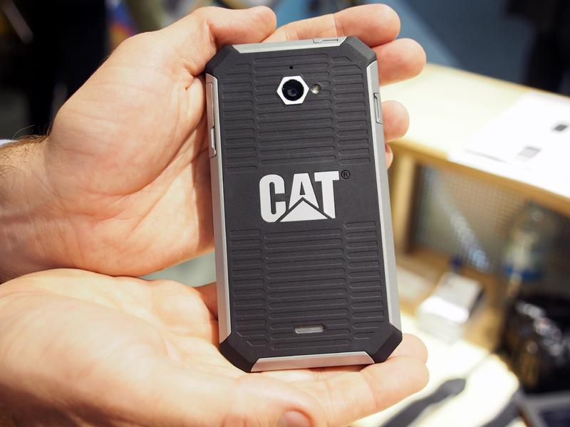 背面には「CAT」のロゴをあしらう