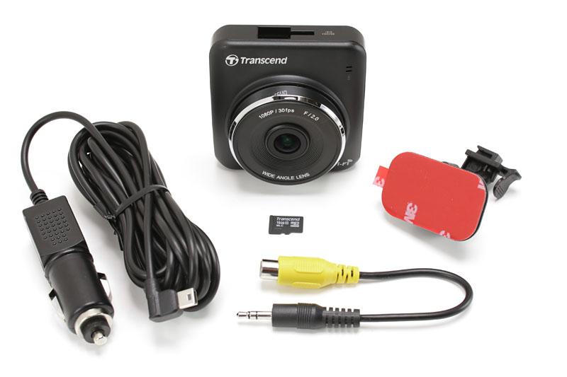 本体には、カーアダプター(シガーソケット用電源ケーブル/約336cm)、microSDHCメモリカード(16GB)、ビデオ出力ケーブル、専用取り付けブラケット(接着式)、マニュアル一式が付属します。通常はバックミラー(インナーリアビューミラー)のあたりに取り付けます。