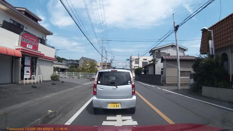 ややノロノロ運転(20km/h程度)で走行中です。距離も近いのでナンバーをハッキリ確認できました。