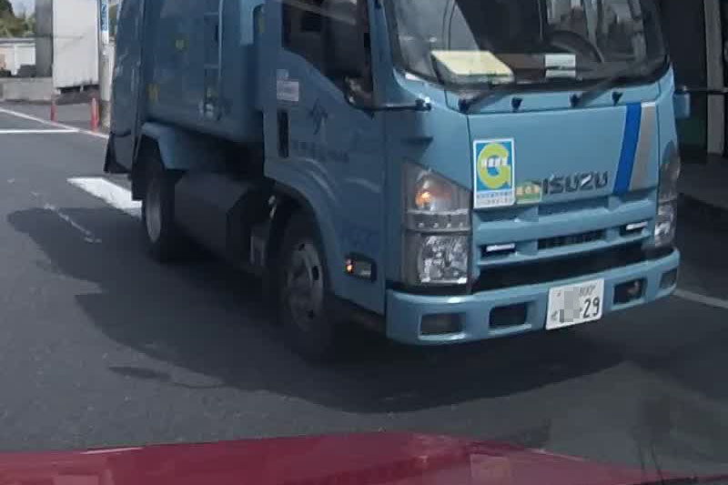 こちらが30~40km/h程度で走行中に、停止しているトラックとすれ違うところです。これもナンバーを確認することができました。