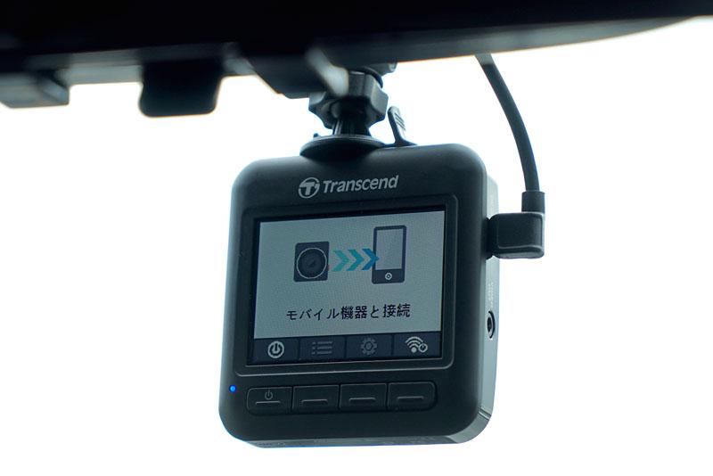 「DrivePro 200」とスマートフォンをWi-Fi接続して「DrivePro」アプリを起動すると、「DrivePro 200」本体の画面表示は写真のようになります。スマートフォン側では「DrivePro 200」のライブビュー表示がなされます。