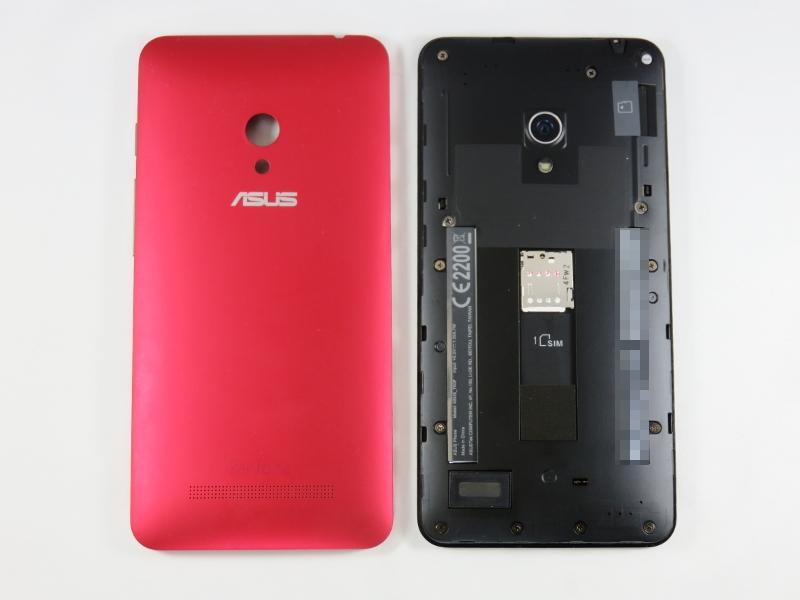 ZenFone 5のSIMカードスロットは背面カバーを外すと中央部に現れる