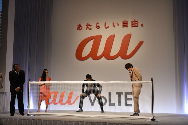 """プレゼンテーション後のタレント・トークセッションでは、CMに登場している松岡修造、杉咲花、福士蒼汰が登壇し、田中社長を交えて「au VoLTE」の魅力や期待を語った。松岡修造による始球式ならぬ「始球サーブ」も実施。サイン入りのスポンジ玉をサーブした後、なぜか玉を回収する""""自由""""な一幕も"""