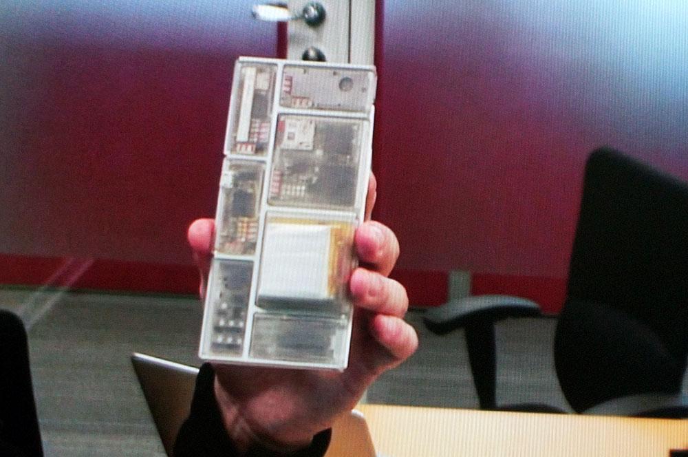 サンプルとして、透明なケースに入ったモジュール
