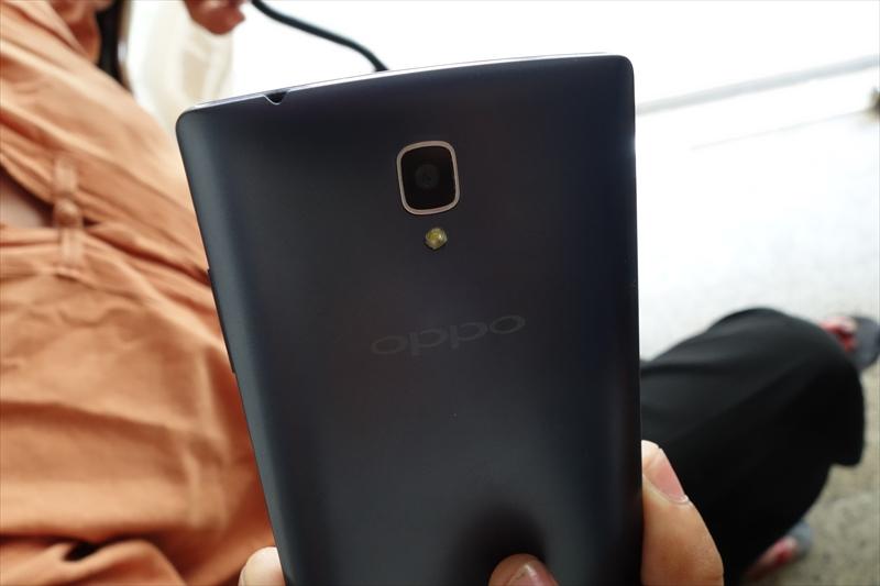 宿泊したホテルの従業員:中国OPPOのスマートフォンを使用