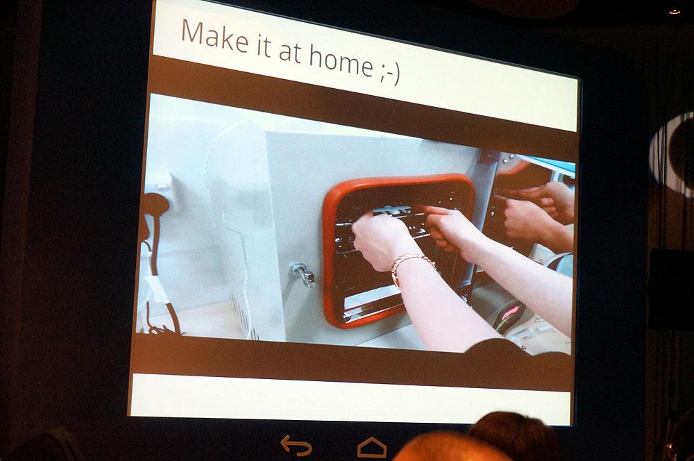 モバイルの未来を垣間見せる取り組みとして、オーストラリア国立大学のスティーブ・リー博士が紹介したのは、3Dプリンタを使ったスマートフォン向け外付けレンズ。これは、3Dプリンタで型を作り、そこに樹脂を流し込んで焼成してレンズを作成、スマートフォンのカメラに装着するとデジタル顕微鏡として利用できる、というものだ。