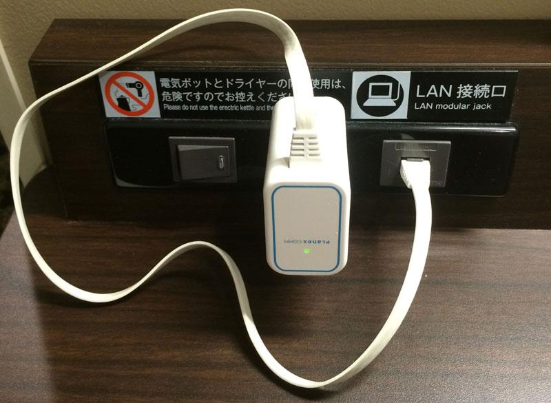 使ってみたところ。このように電源とLANの口が並んでいるときには非常にコンパクトに収まるので、部屋が散らからなくてよい
