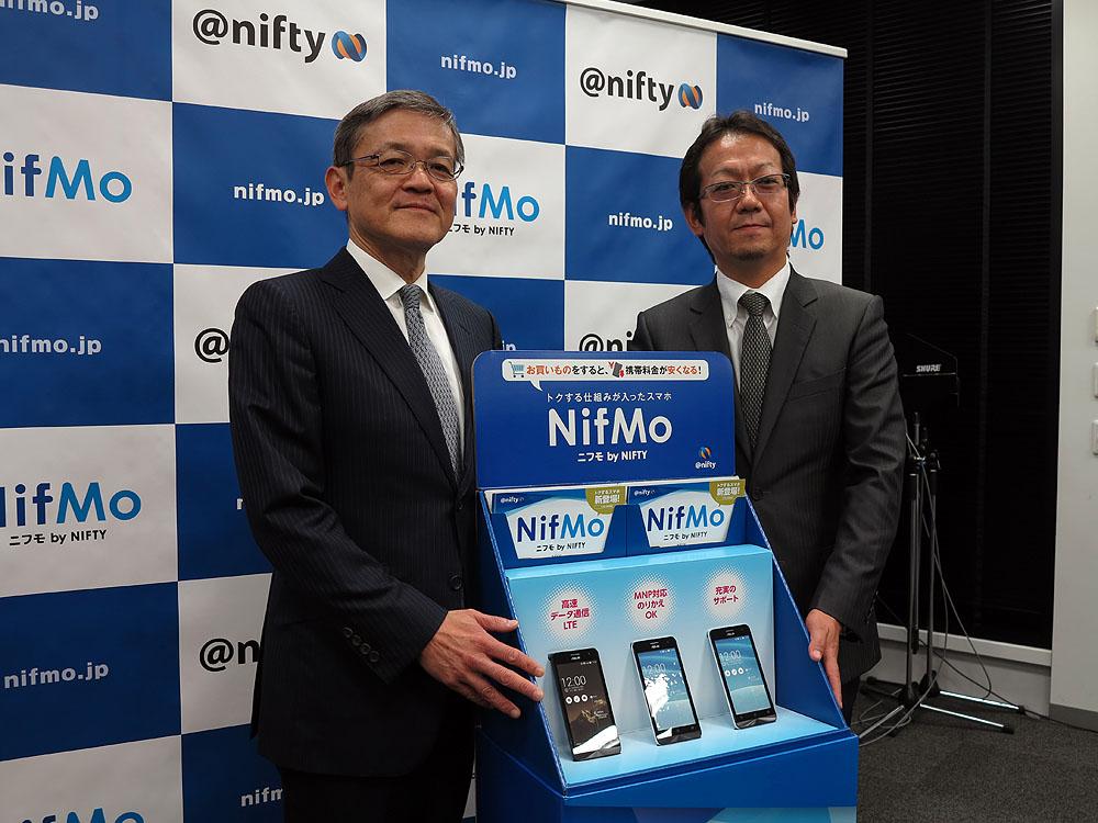 ニフティの三竹社長(左)とネットワークサービス事業部長の三浦氏