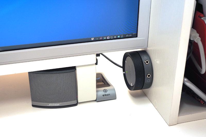 モニター周辺に常に置かれているスピーカー、指紋認証センサー、ボリュームコントロールポッドを机上などに貼り付け!! 以降、常にこの位置に居てくれます。