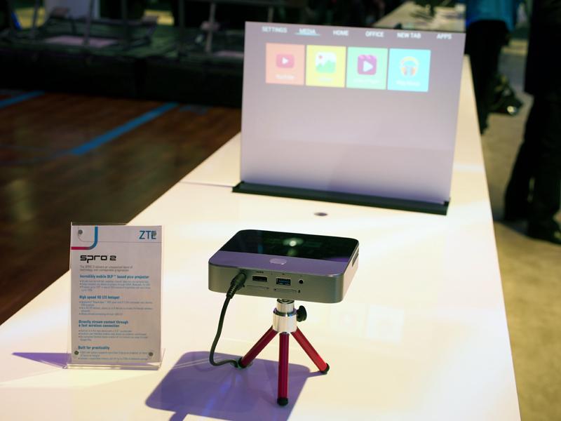 通信機能内蔵でWi-Fiルーターとしても使えるプロジェクターの「SRPO 2」。投影できる画面サイズは最大120インチ。UIも新たに設計し、使い勝手を高めている。USBやmicroSD、HDMIと外部接続端子も多彩だ。Androidベースで、Google Playも利用できる