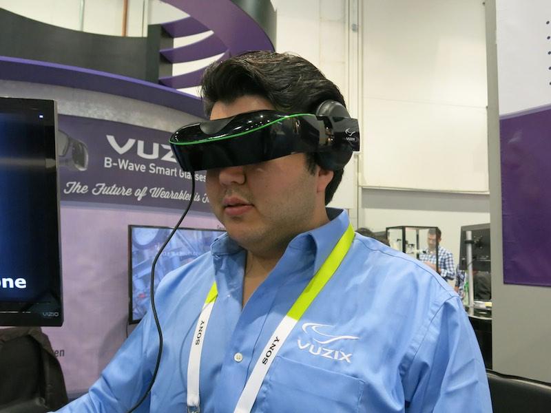 こちらはVuzixのV720。両眼・非透過型の映像閲覧向けデバイス。ヘッドトラッキング機能もないので、VRよりも動画閲覧を主な用途としている。ヘッドホンと一体化していて、装着感はかなり良い印象を受けた