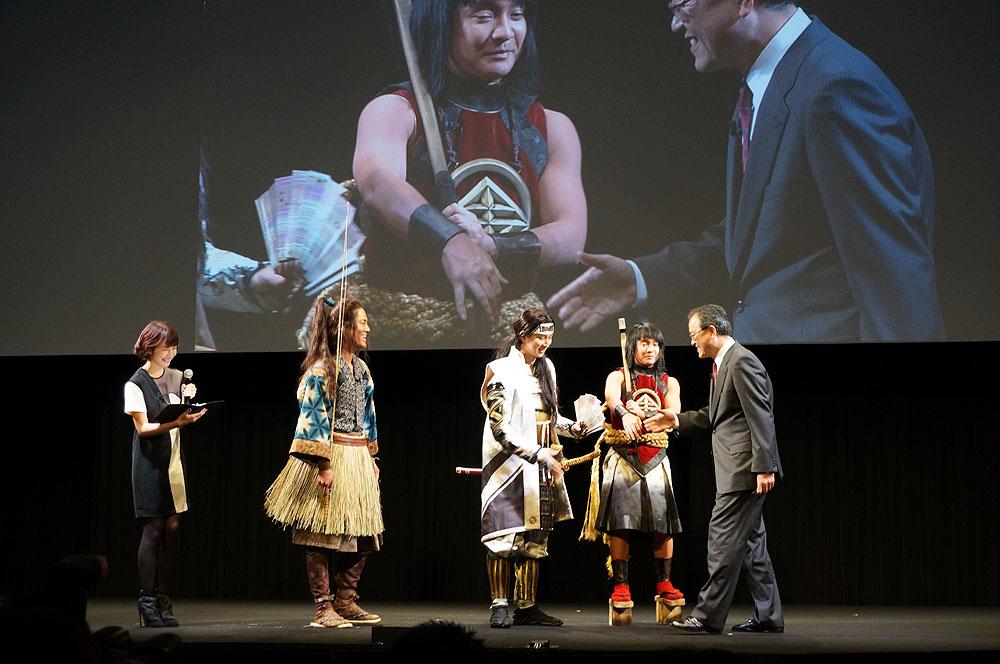 トークセッションのなか、田中社長が登場、それぞれと握手