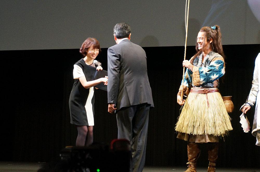 通常は黒子となる司会役だが、今回司会を務めた人気アナウンサーでもある平井理央にまで握手を求めると会場から笑い。これが自由なんだよ、と田中社長は言い張る